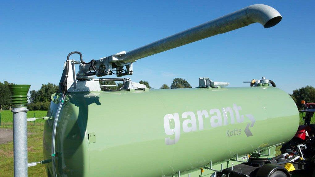 Tankanhänger-gülle-transport-überladerohr-zu.jpg
